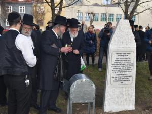 Rabína Horowitze i hřbitov v Prostějově připomíná bílý náhrobek