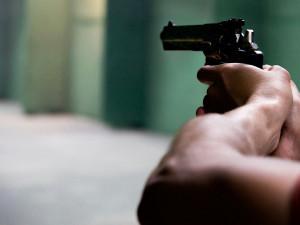 Mladík řešil osobní spory výhrůžkami na Facebooku i replikou zbraně, teď mu hrozí trest