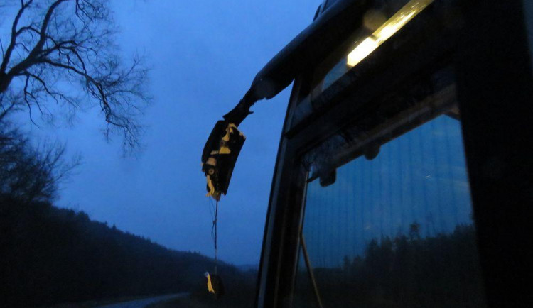 Tatra a autobus se při míjení střetly zrcátky
