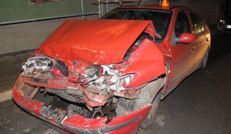 FOTO: Řidič nezvládl řízení, nezabrzdil a narazil do zaparkovaného auta