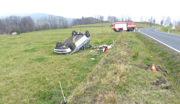 Řidiče přepadla únava. S autem skončil mimo silnici na střeše