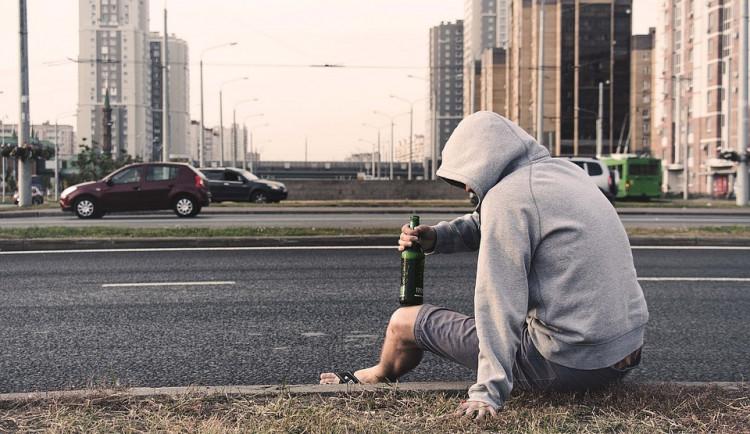 Dvojice pila alkohol v centru Prostějova, teď jim hrozí pokuta až sto tisíc korun