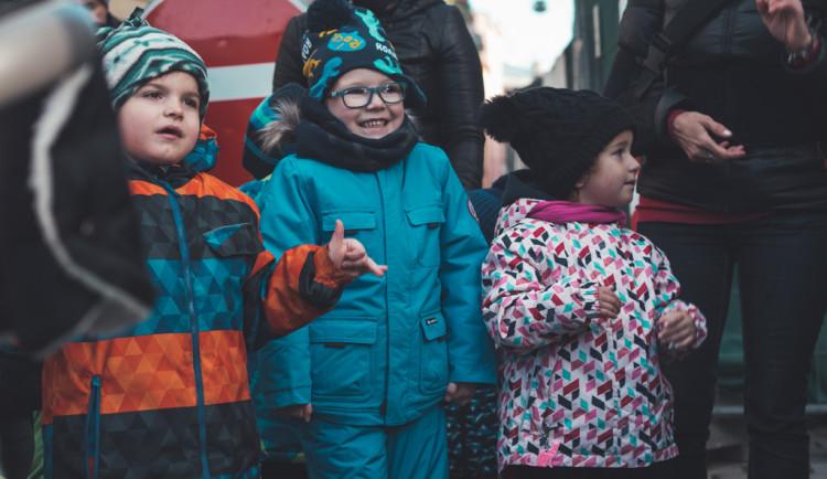 FOTO/VIDEO: Neslyšící děti, pro které dnes prodáváme dobročinný punč, zpívaly na Horním náměstí