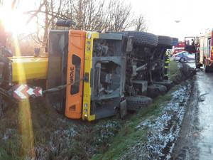 Na ranní námraze havarovalo několik aut. U nehod zasahovali hasiči