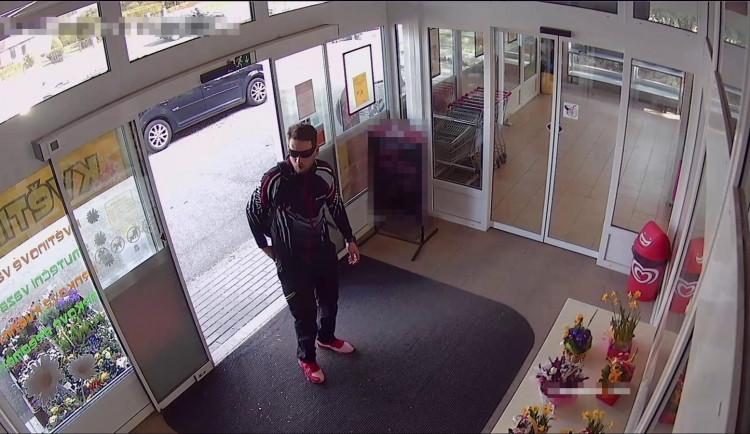 Při placení v obchodě chtěl použít padělané bankovky, teď pachatele hledá policie