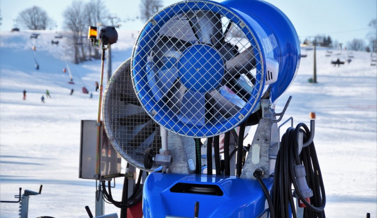 Provozovatel skiareálu dostal pokuty ve stovkách tisíců korun. Bez povolení odebíral vodu pro výrobu sněhu