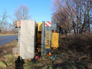 Na Olomoucku havarovala dvě vozidla. Osobní auto skončilo v poli, jeřáb v příkopu