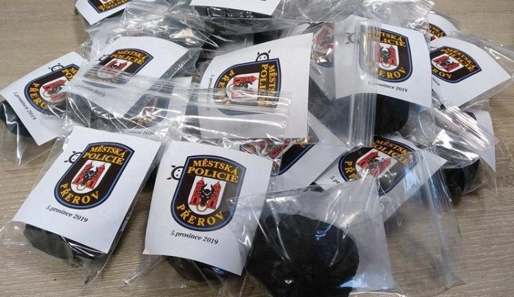 Přerovští strážníci budou na Mikuláše rozdávat s pokutami také uhlí