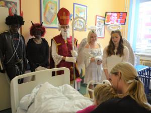 FOTO: Mikuláš zavítal do nemocnic v Prostějově, Přerově i ve Šternberku