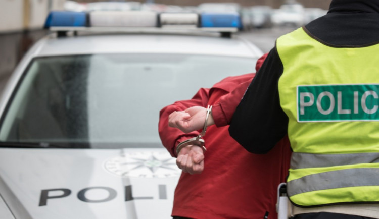 Útočník před casinem napadl mladého muže, zlomil mu nos a vyrazil tři zuby