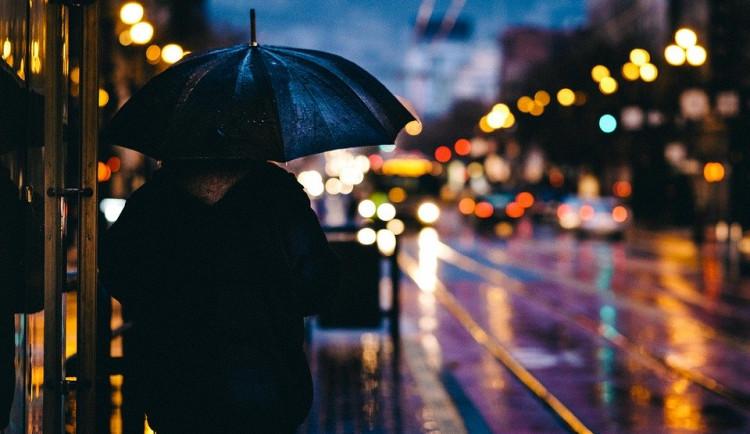 POČASÍ NA PONDĚLÍ: Bude pršet a vát vítr