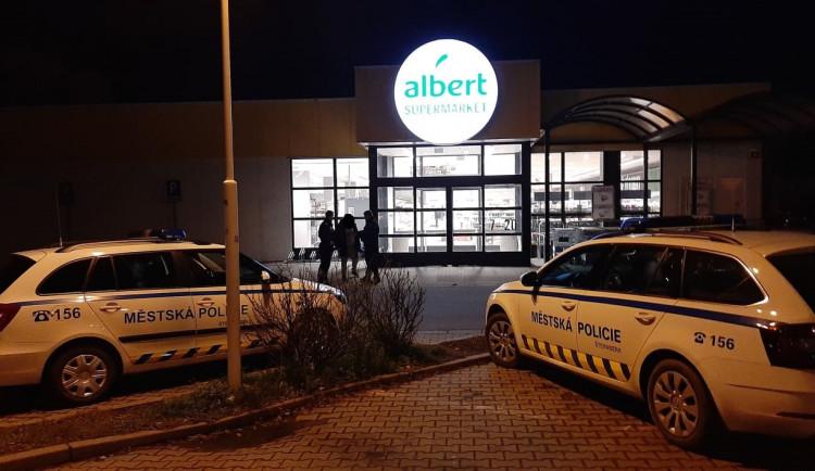 Muž projel v Albertu bez zaplacení před pokladny s plným nákupním vozíkem a vydal se domů