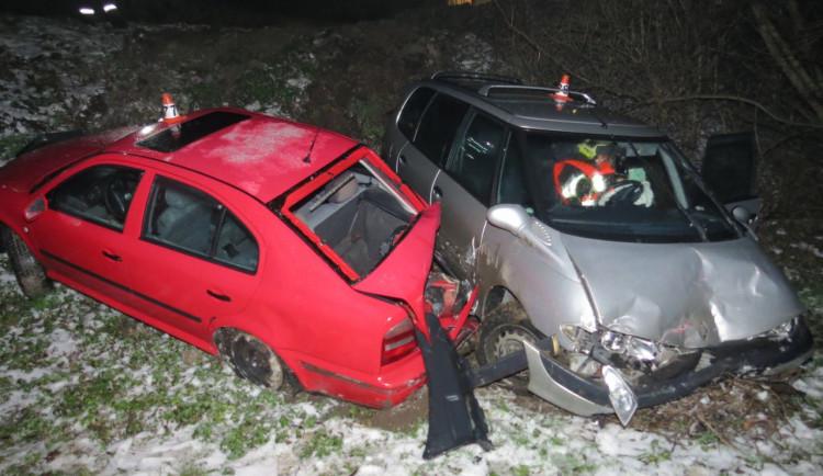 Řidič v zatáčce narazil do zaparkovaného vozu. Byl v silně podnapilém stavu