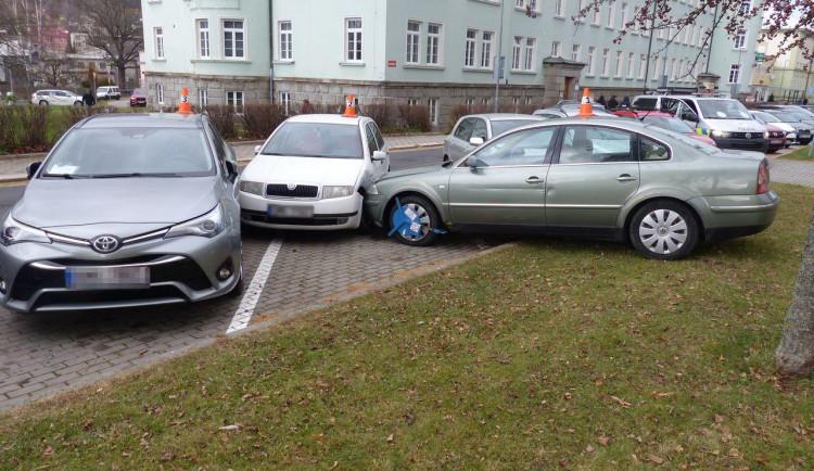 Muž chtěl na autě vyměnit blatník, auto se rozjelo z kopce