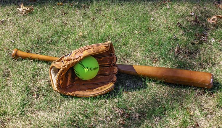 Při krádeži baseballových pálek způsobil škodu za více než čtyřicet tisíc korun