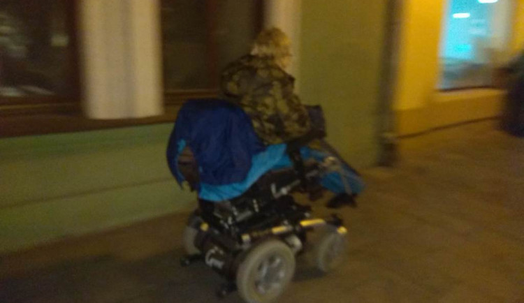 Ženě se vybil elektrický vozík. Konec příběhu vás zahřeje u srdce