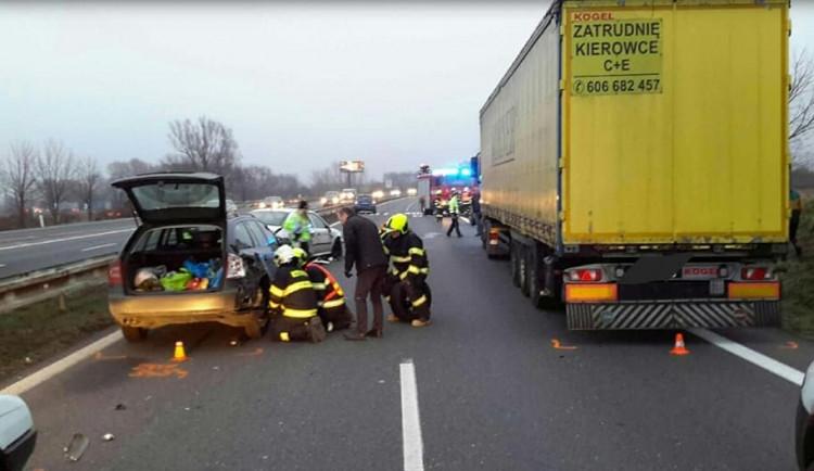 Nehoda tří aut a kamionu komplikovala provoz u Globusu před Olomoucí