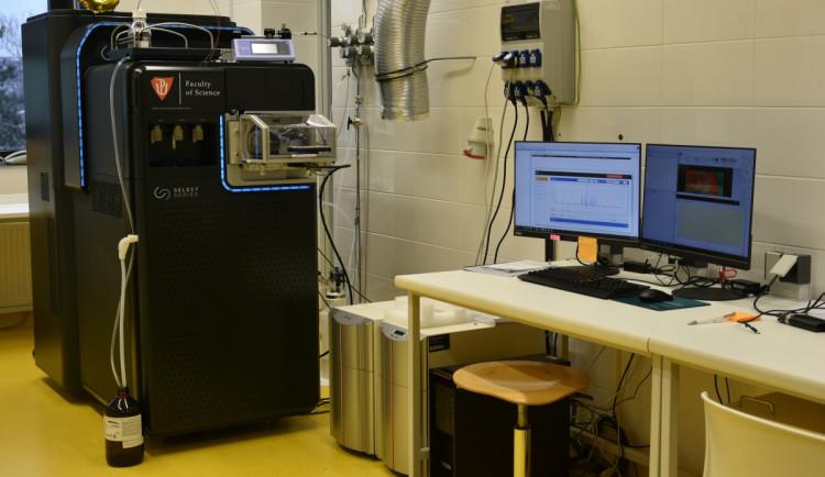 Přírodovědecká fakulta pořídila nový spektrometr