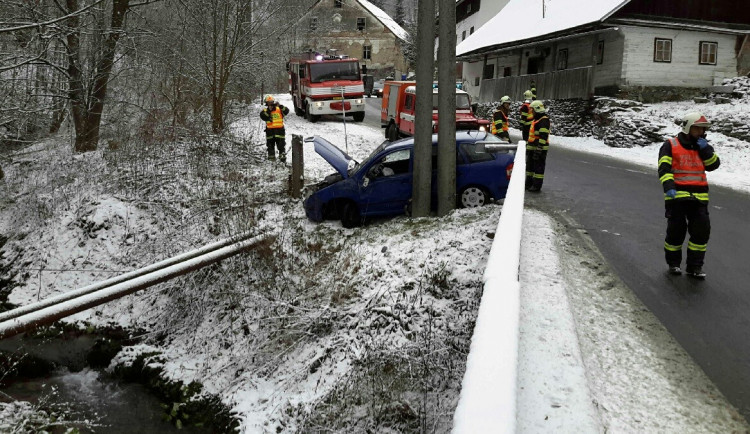 Auto v Branné zůstalo viset nad potokem
