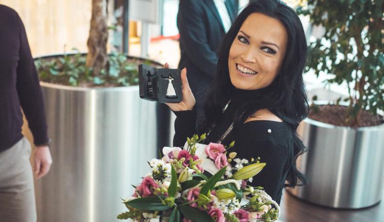 FOTO: Tarja se podívala před dnešním koncertem v Olomouci k betlému v Šantovce, dostala svou figurku