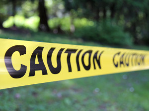 Hádka manželů přerostla v bitku. Další den policie našla muže ležet v bezvědomí u potoka