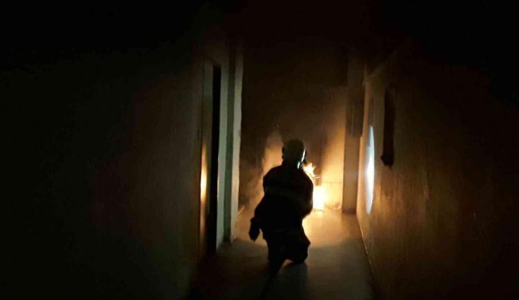 Hasiči likvidovali noční požár kočárku v chodbě bytového domu