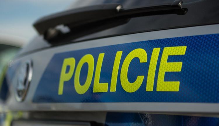Dopravu v Domaželicích omezil střet osobního auta s nákladním