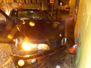 Muž naboural při ujíždění policii, teď je bez řidičáku