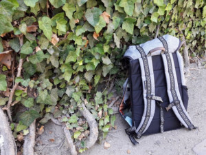 Muž v noci usnul na tramvajové zastávce, přišel o svůj batoh s osobními věcmi