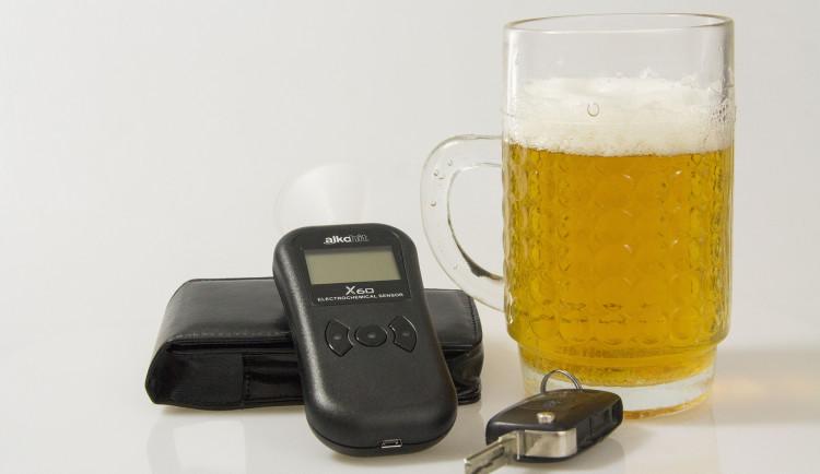 Chtěl řídit bez řidičáku a s více než dvěma a půl promile alkoholu. Nevyjel ani od domu na silnici