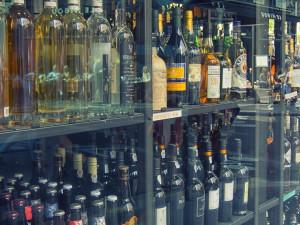 Mladí muži ukradli v obchodě alkohol a odjeli. Řidič měl navíc zákaz řízení