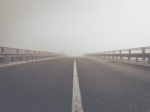 V noci na čtvrtek hrozí mrznoucí mlhy, na silnicích se může vytvářet námraza