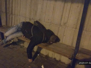 Strážníci na autobusové zastávce nalezli zfetovaného a podchlazeného mladíka