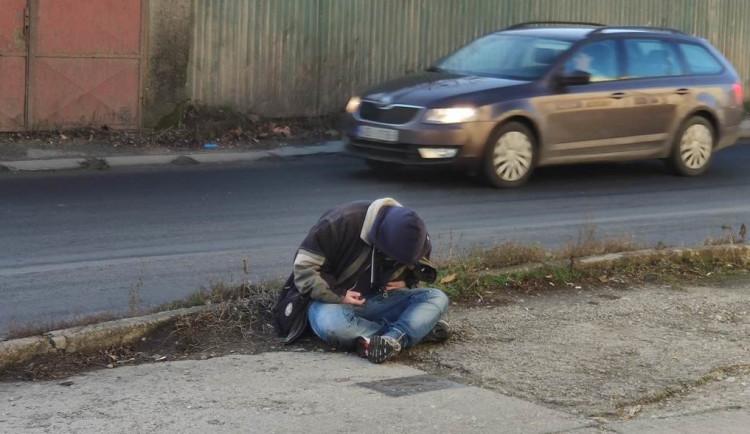 Opilý muž se nebezpečně blízko pohyboval kolem frekventované ulice v Přerově