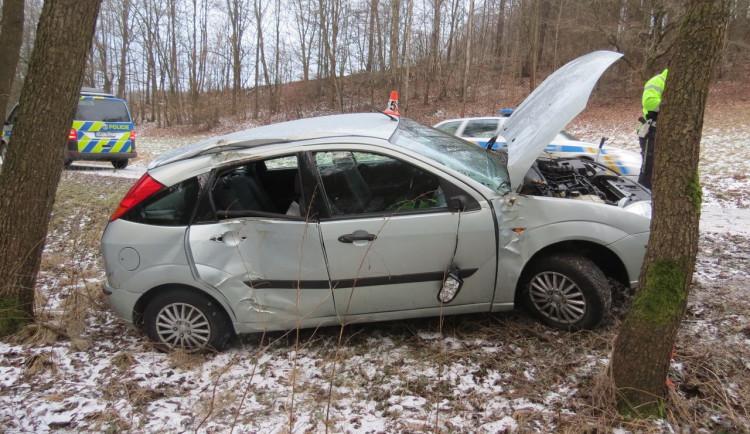 Řidička na Šumpersku na namrzlé vozovce dostala smyk a narazila do stromu