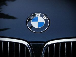 Řidič v mírném kopci nezajistil své BMW, auto se samovolně rozjelo a narazilo do rohu domu