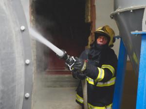 FOTO: V Bělkovicích-Lašťanech hasiči likvidovali požár v zásobníku sušičky pilin