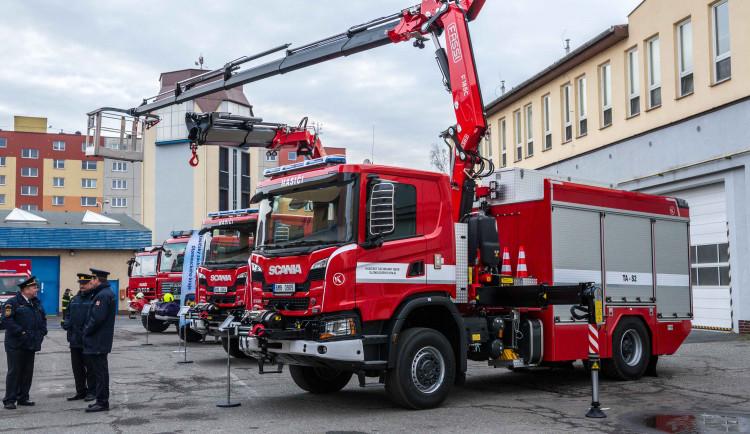 Olomoučtí hasiči dostali opožděný vánoční dárek v podobě nových automobilů