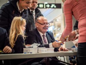 FOTO/VIDEO: Hejtman v Šantovce pokřtil svou knihu, patrony byli trenéři Brückner s Uličným i premiér Babiš