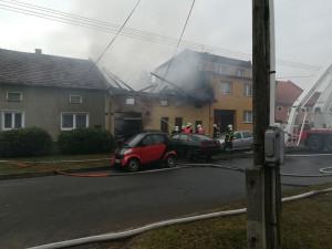 FOTO: Muž na Přerovsku způsobil svou neopatrností požár domu