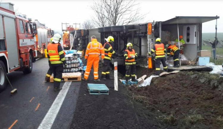 FOTO: Dopravu na Mohelničáku zkomplikovala nehoda kamionu