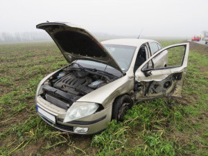 Řidič předjížděl na plné čáře a naboural do protijedoucího auta. Jeho řidička skončila v nemocnici
