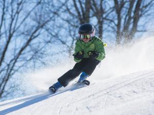Za lyžováním vyrazily o víkendu do Jeseníků i přes špatné podmínky tisíce lyžařů