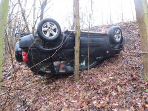 Muž nezvládl řízení a skončil s autem na střeše