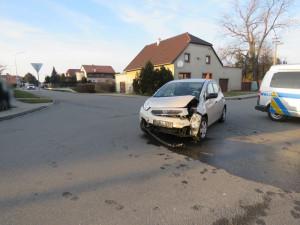 Řidič nedal přednost v křižovatce a narazil do jedoucího automobilu
