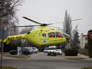 FOTO: Letečtí záchranáři přistávali přímo uprostřed ulice, letěli k náhlému úmrtí člověka
