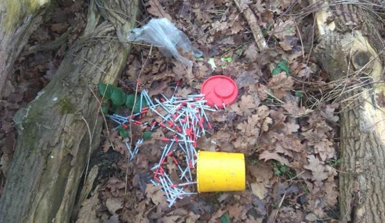FOTO: Strážníci nalezli několik desítek použitých stříkaček pohozených na jednom místě