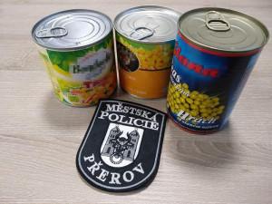 Senior využil odložené tašky před pokladnou a ukradl z ní tři konzervy nakládané zeleniny