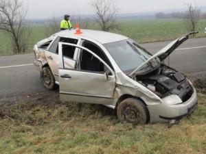 Devatenáctiletý řidič nezvládl jízdu, vjel mimo komunikaci a vozidlo přetočil přes střechu