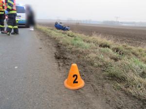 FOTO: Dvacetiletá řidička nezvádla ve velké rychlosti zatáčku a skončila s autem v poli